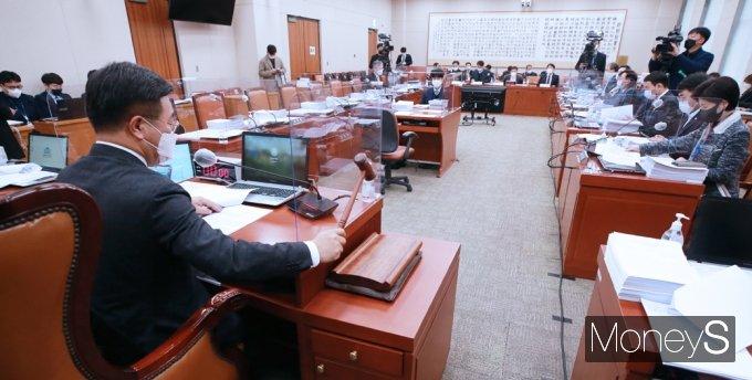 [머니S포토] 야당 불참 속 진행된 국회 법사위
