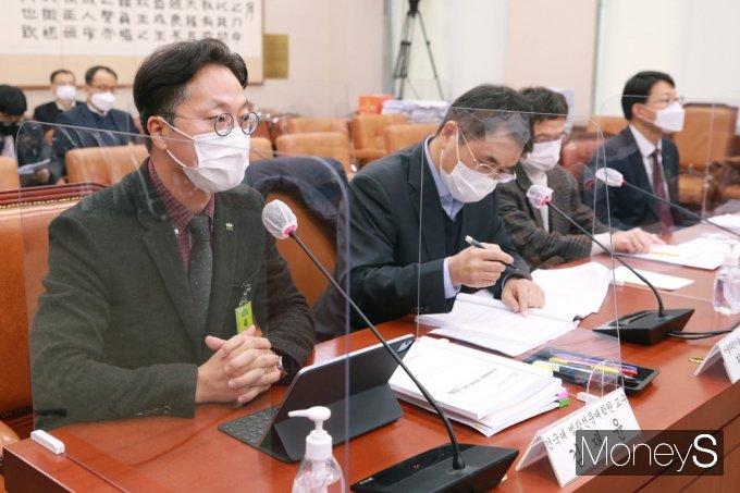 [머니S포토] 국회 법사위, 의견 전하는 김재윤 교수