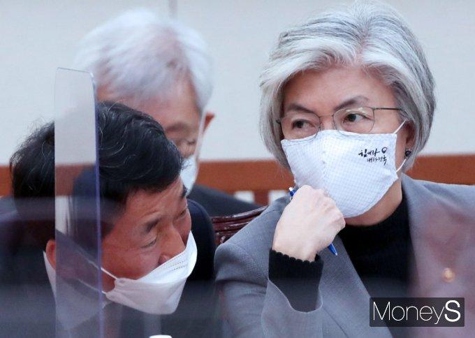 [머니S포토] 국회 외통위, 의견 나누는 강경화 장관