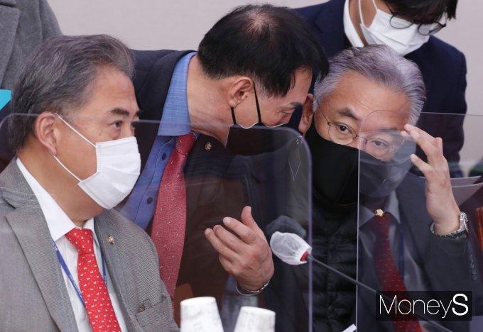 [머니S포토] 국회 외통위, 의견 나누는 김석기-정진석-박진