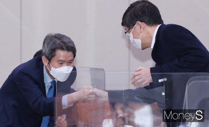 [머니S포토] 국회 외통위, 주먹인사하는 이인영-김홍걸