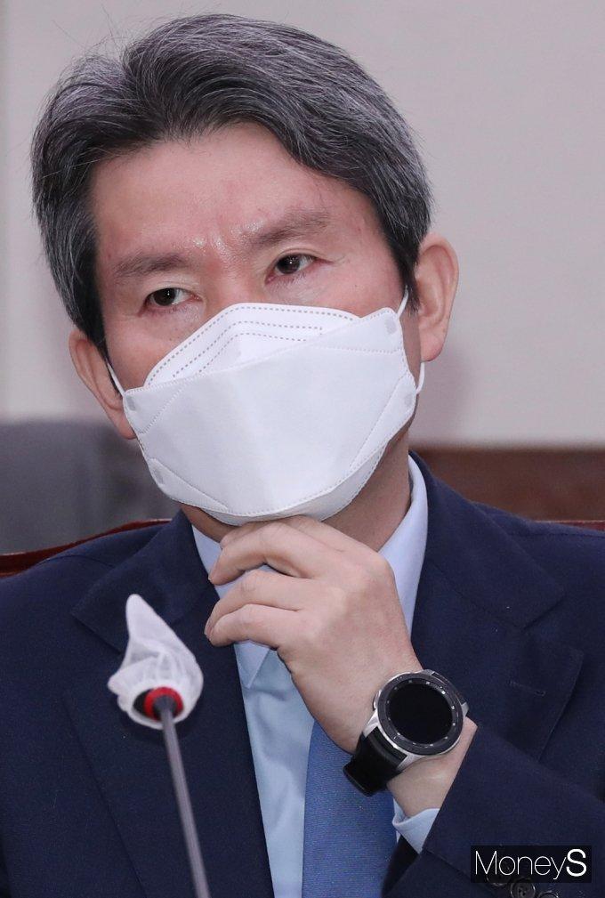 [머니S포토] 마스크 고쳐쓰는 이인영 장관