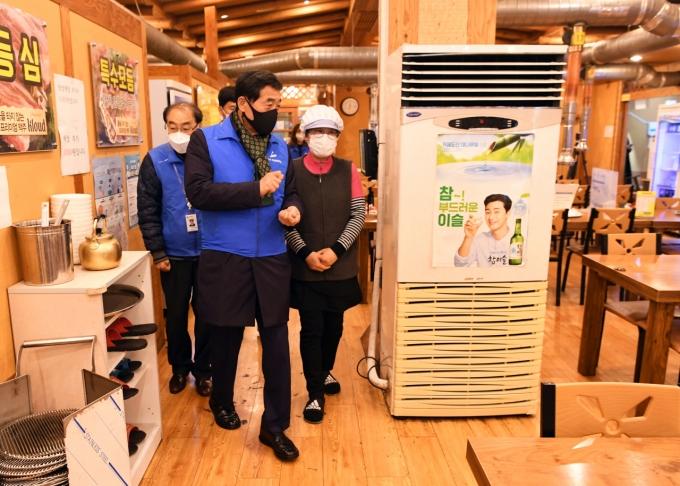 윤화섭 시장이 지난 1일 오후 한 음식점을 방문해 방역실태를 점검하고 있다. / 사진제공=안산시