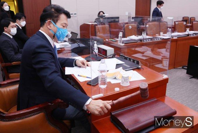 [머니S포토] 국회 외통위, '대북전단살포금지법' 與 단독 처리