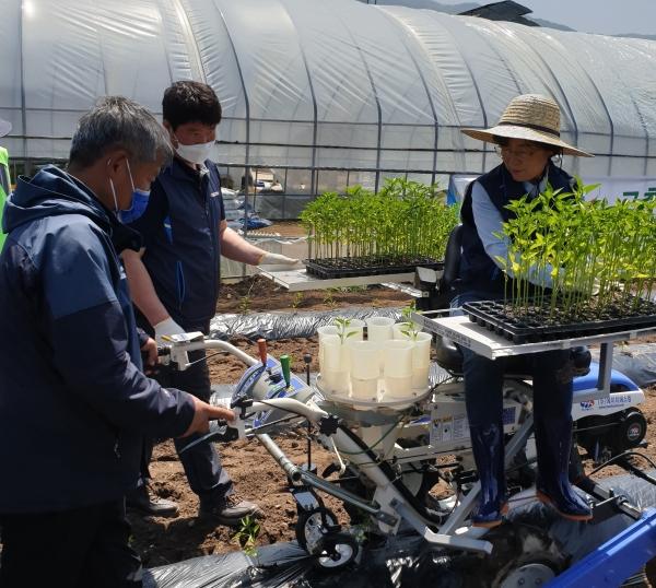 안성시 농업기술센터는 2020년 농업기계 안전교육사업 추진의 우수성을 인정받아 농촌진흥청으로부터 우수기관에 선정되는 영예를 안았다. / 사진제공=안성시