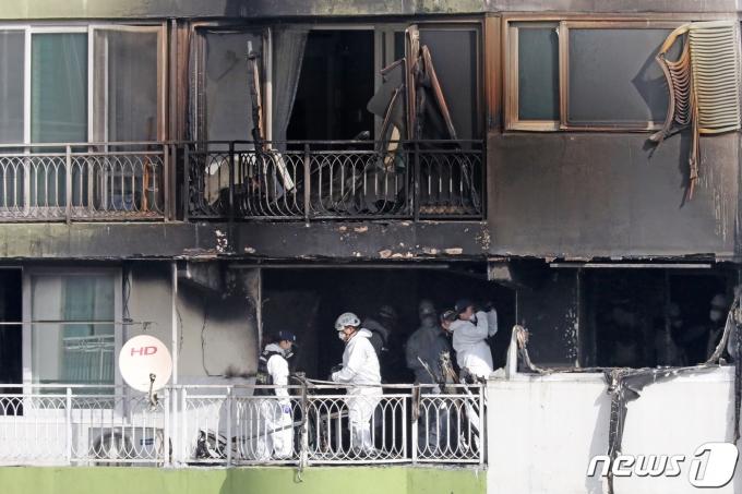 지난 1일 오후 4시37분쯤 군포 산본동 한 아파트에서 불이 났다. 화재가 발생한 아파트 베란다에는 소방당국의 사다리차가 아닌 화물용 사다리차가 연기를 뚫고 12층과 15층으로 연결돼 3명의 생명을 구출했다. /사진=뉴스1