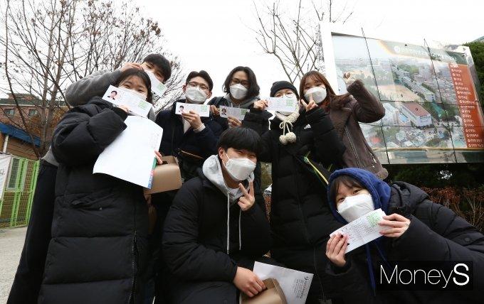 2021학년도 대학수학능력시험(수능)을 하루 앞둔 지난 1일 서울 용산구 선린인터넷고등학교에서 실시된 예비소집에서 수험생들이 수험표를 들며 웃어보이고 있다. /사진=장동규 기자