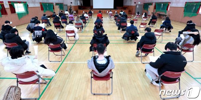 2021학년도 수능 예비 소집일인 지난 2일 오후 인천 남동구 구월여자중학교에서 수험생들이 수능 유의사항 교육을 받고 있다. /사진=뉴스1