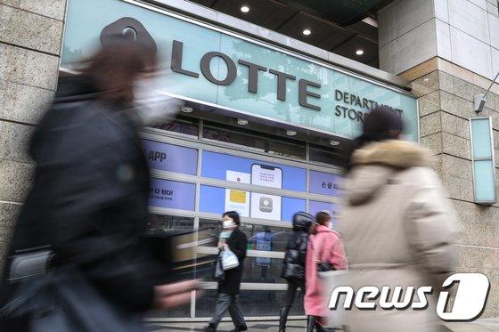 2일 업계에 따르면 지난 1일 롯데백화점 구리점 3층 속옷 매장에서 근무하는 직원 A씨가 코로나19 확진 판정을 받았다. /사진=뉴스1