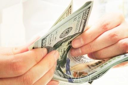 시중은행 딜러가 달러를 세고 있다./사진=머니S