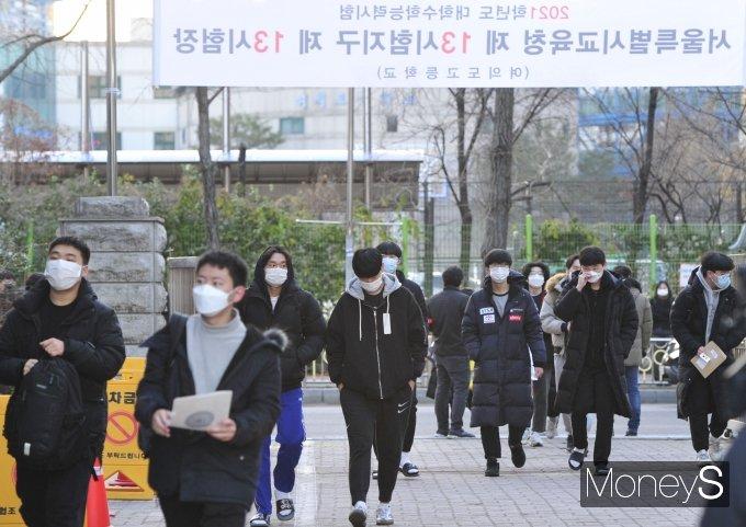[머니S포토] 시험장으로 향하는 수험생들