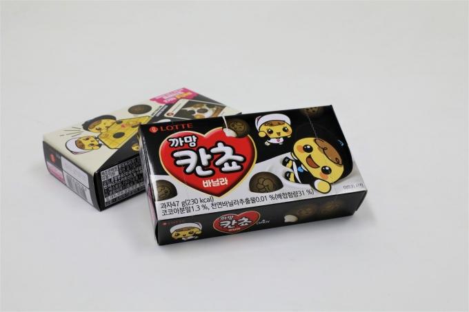 롯데제과가 인기 초코 과자 '칸쵸'의 색깔을 바꾼 신제품 '까망 칸쵸 바닐라'를 선보였다./사진=롯데제과