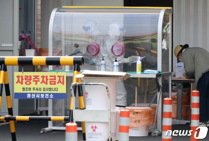 지난 2일 경산시보건소 선별진료소에서 보건소 관계자들이 코로나19 검사를 위해 찾아온 시민들의 검체를 채취하고 있다. /사진=뉴스1
