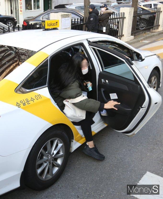 [머니S포토] '수능 D-day' 급하게 택시에서 내리는 수험생