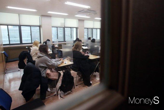[머니S포토] 사상 첫 가림막에 마스크 수능
