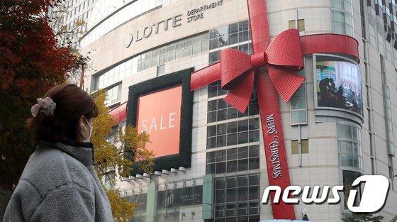 3일 업계에 따르면 지난 2일 서울 중구 롯데백화점 본점 4층에서 근무하는 직원 A씨가 코로나19 확진 판정을 받았다. /사진=뉴스1
