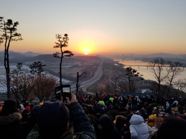 고양시의 지난해 수천명이 모인 행주산성 해맞이 행사 개최모습. / 사진제공=고양시