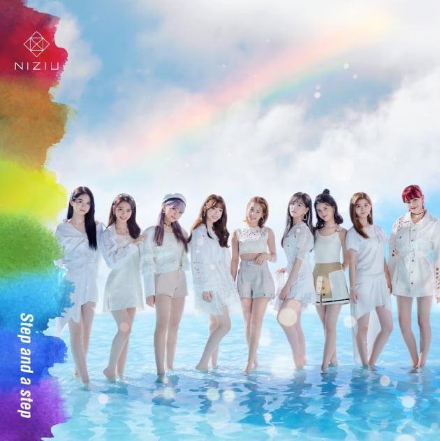 JYP엔터테인먼트 신인 그룹 니쥬(NiziU)가 일본 음원차트 오리콘에서 정상을 차지했다. /사진=JYP엔터테인먼트 제공