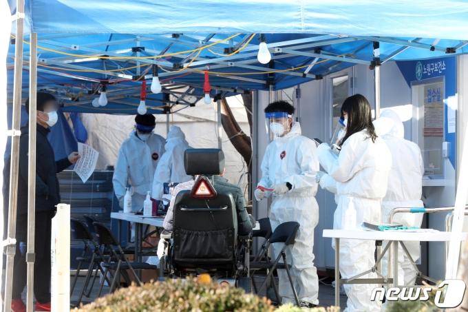 3일 오전 서울 노원구 보건소 선별진료소에서 시민들이 신종 코로나바이러스 감염증(코로나19) 진단검사를 받기 위해 대기하고 있다. /사진=뉴스1