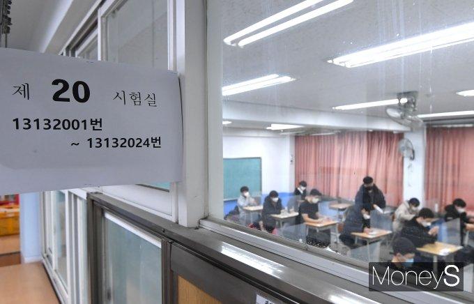 2021학년도 대학수학능력시험(수능)이 치러진 3일 서울 영등포구 여의도고등학교에 마련된 고사장에 수험생들이 입장해 있다. /사진=장동규 기자