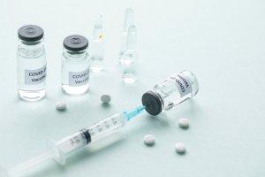 """제약사 """"백신 부작용 면책권 달라"""" 의료계 """"특허권 양보해"""""""