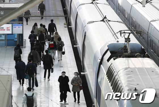 전국철도노동조합의 태업에 따라 4~6일까지 일부 열차 운행이 중단된다. 수능이 끝난 첫 주말이어서 논술, 면접을 앞둔 수험생들의 열차 이용에 주의가 요구된다. /사진=뉴스1