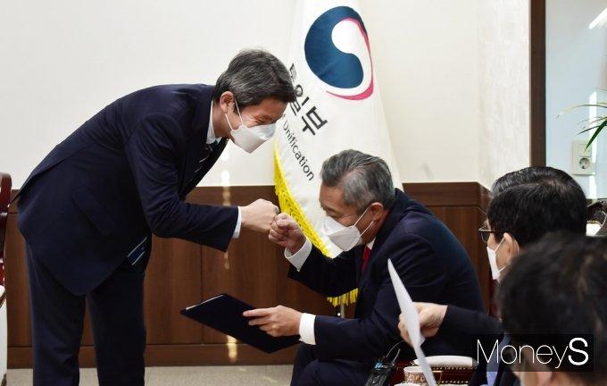 [머니S포토] 북민협 회장과 인사 나누는 이인영 장관