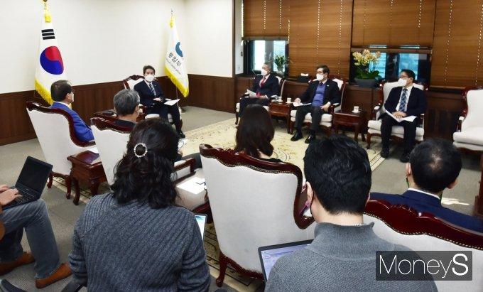 [머니S포토] 북민협 임원단 만난 이인영 통일부 장관