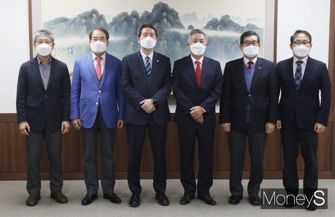 [머니S포토] 통일부 이인영, '대북협력민간단체협의회' 만난 가운데...