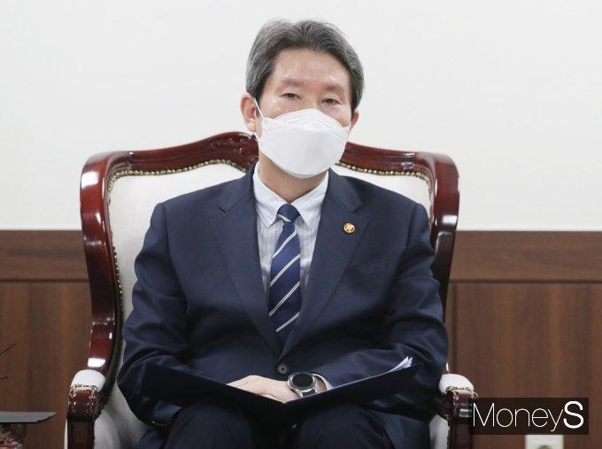 [머니S포토] 남북 인도협력 논의하는 '이인영'