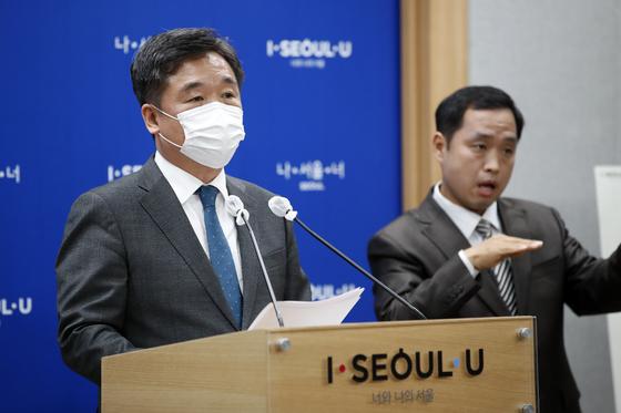 서정협 서울시장 권한대행(왼쪽)이 4일 오후 2시 코로나19 관련 특별 대책을 발표한다. /사진=뉴스1