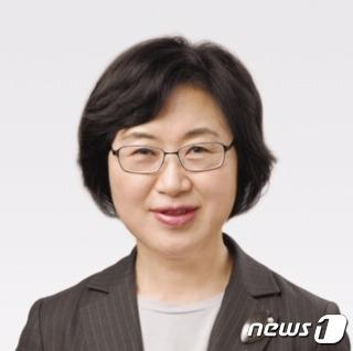 문재인 대통령이 4일 여성가족부 장관 후보자에 정영애 한국여성재단 이사를 내정했다. /사진=뉴스1(청와대 제공)