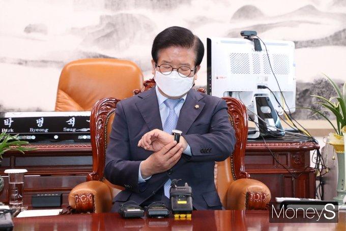 [머니S포토] 시간 확인하는 박병석 의장