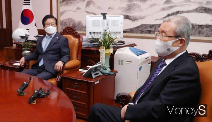 [머니S포토] 국회의장·교섭단체 회동, 김종인 바라보는 박병석