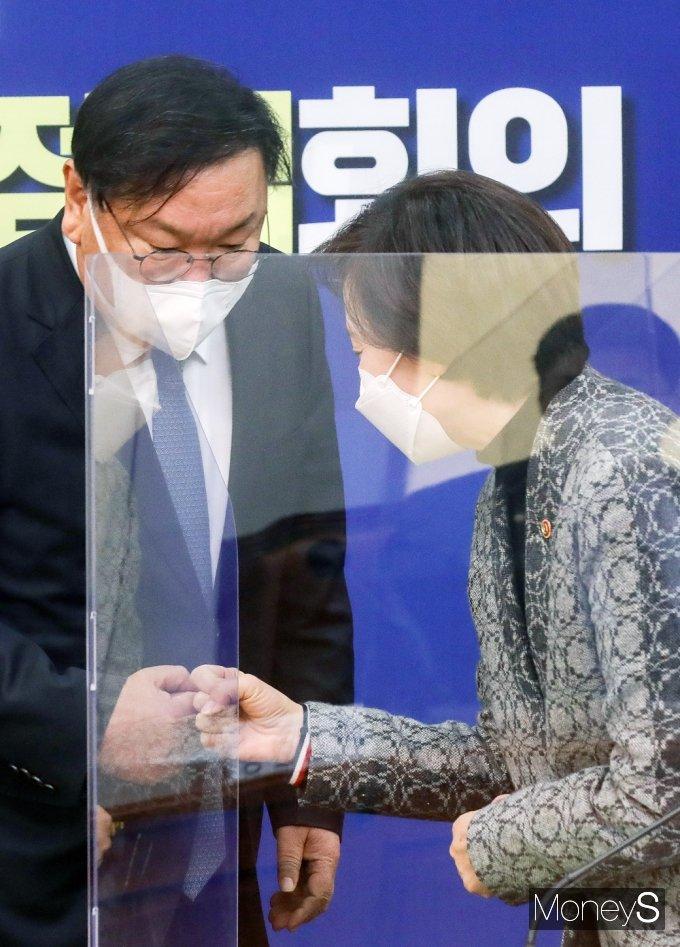 [머니S포토] 코로나19 방역 점검회의, 인사 나누는 김태년과 유은혜