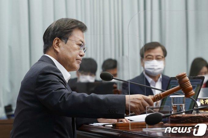 '지지율 최저' 문 대통령, 4개 부처 개각으로 국면 쇄신?