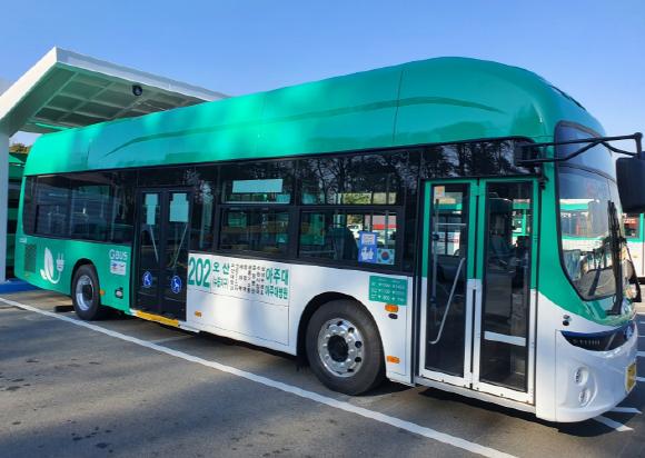 오산시가 시내버스 노선에 대형 저상 전기버스를 도입했다. 사진은 오산시가 도입한 전기버스. / 사진=오산시