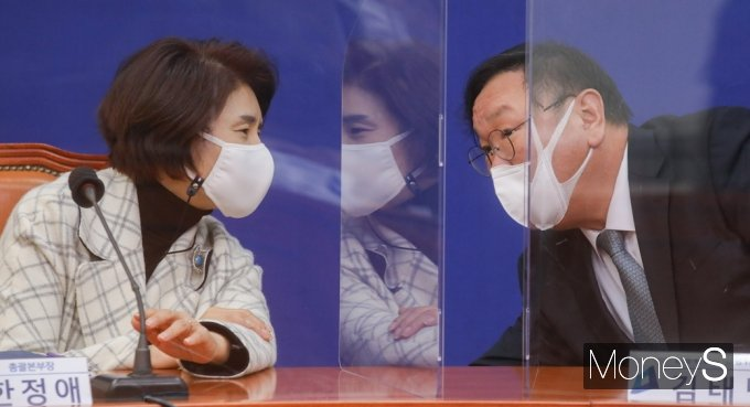 [머니S포토] 민주당 코로나19 방역 점검회의, 의견 나누는 김태년·한정에