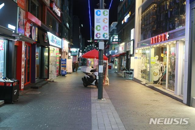 5일 서울시 완전멈춤 발표로 상점, 영화관, 스터디카페 등 영업이 이뤄지는 모든 곳이 문을 닫게 됐다. /사진=뉴시스