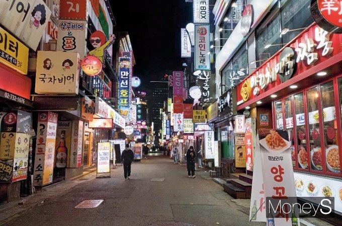 코로나19 사태가 1년 가까이 이어지면서 폐업이 속출하고 있다. 지난 1일 서울 종각 젊음의 거리가 한산한 모습. /사진=김경은 기자