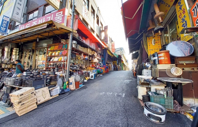 서울 황학동 주방거리에 중고 주방용품들이 쌓여있다_사진=김경은 기자