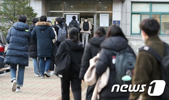 중등 임용고시가 진행된 21일 서울 용산고등학교에서 수험생들이 발열체크를 받으며 임용고시장으로 입장하고 있다. /사진=뉴스1