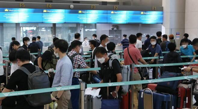 지난 7월22일 인천국제공항 제1여객터미널에서 베트남으로 출국하기 위한 국내 기업인들이 출국수속을 밟고 있다. / 사진=대한상공회의소