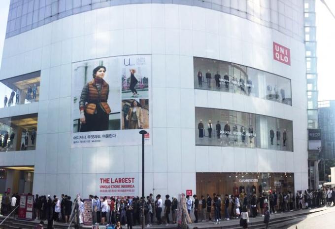 유니클로가 내년 2월 서울 중구에 위치한 명동중앙점을 폐점한다. 사진은 2017년  '유니클로 앤드 JW 앤더슨 콜라보레이션' 상품을 구입하기 위한 고객들이 명동중앙점 앞에 줄을 선 모습. /사진=뉴스1