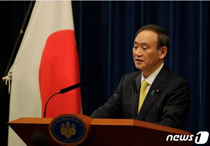 스가 요시히데 일본 총리가 4일 오후 총리관저에서 기자회견을 하고 있다. © AFP=뉴스1