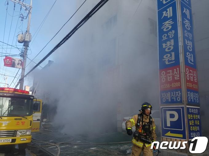 지난 2018년 1월 26일 오전 경남 밀양시에 있는 한 세종병원에서 불이 나 화재 연기가 치솟고 있다. 2018.1.26/뉴스1 © News1 강대한 기자