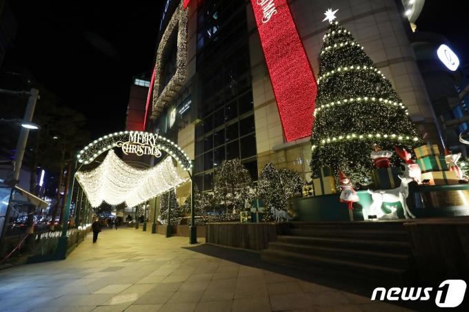 지난 3일 서울 명동거리가 한산한 모습이다./뉴스1 © News1