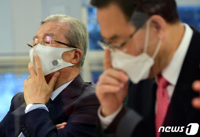 김종인 국민의힘 비대위원장과 주호영 원내대표/뉴스1 © News1 성동훈 기자