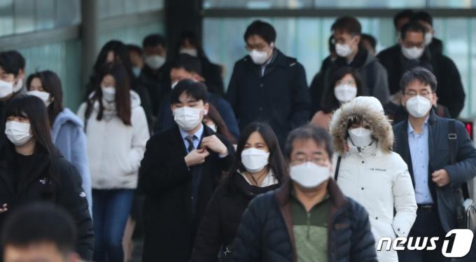 전국 대부분 지역에서 아침 기온이 영하로 떨어진 4일 서울 여의도역 인근에서 시민들이 두터운 옷을 입고 출근하고 있다. 2020.12.4/뉴스1 © News1 허경 기자