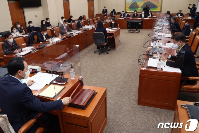 3일 서울 여의도 국회에서 정무위원회 법안심사제2소위원회가 열리고 있다. 2020.12.3/뉴스1 © News1 성동훈 기자